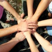 Yhteen liitettyjä käsiä havainnoillistamassa yhteistä tahtoa